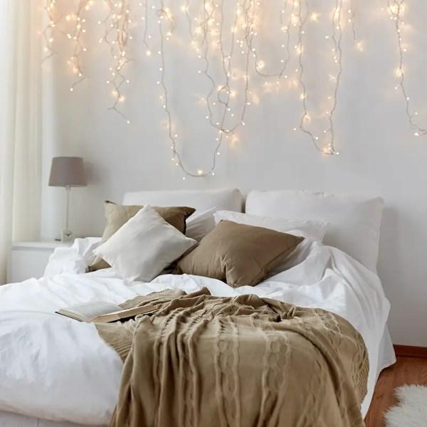 guirlandes lumineuses utilisées comme tête de lit