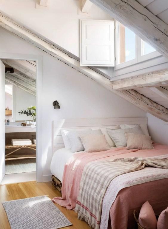 tête de lit en planches de bois blanc