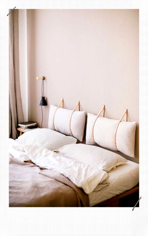 tête de lit avec deux coussins rectangulaires fixés au mur