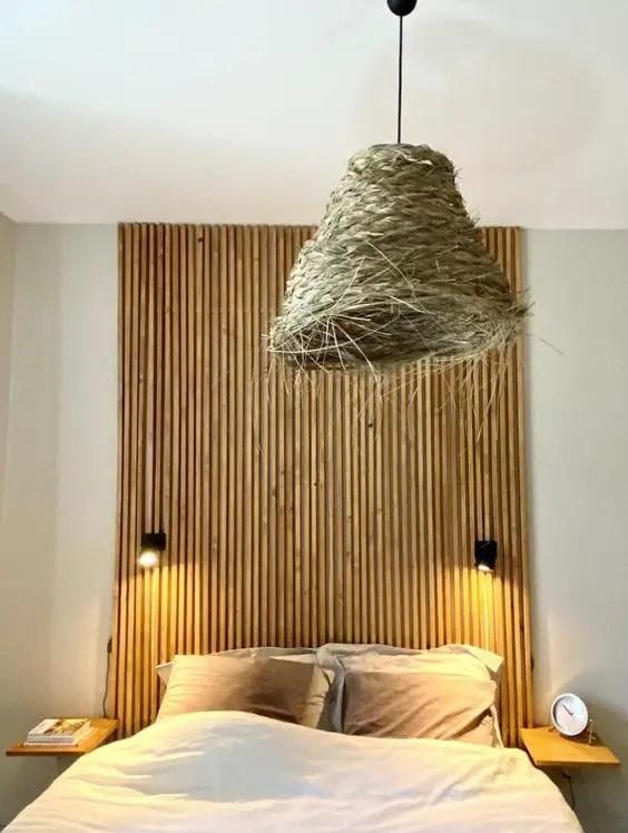 tête de lit faite à base de tasseaux de bois
