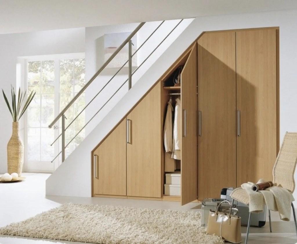 dressing en bois sous escalier