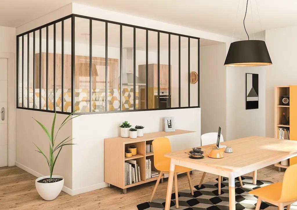 verrière d'angle sur-mesure dans une cuisine moderne ambiance jaune