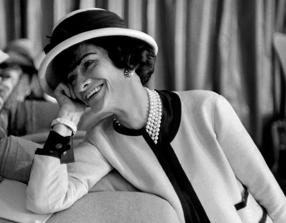 Coco Chanel posant devant un appareil photo