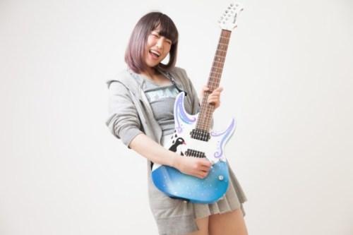 ギターを構える女