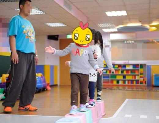 小妮在公共空間上體能課
