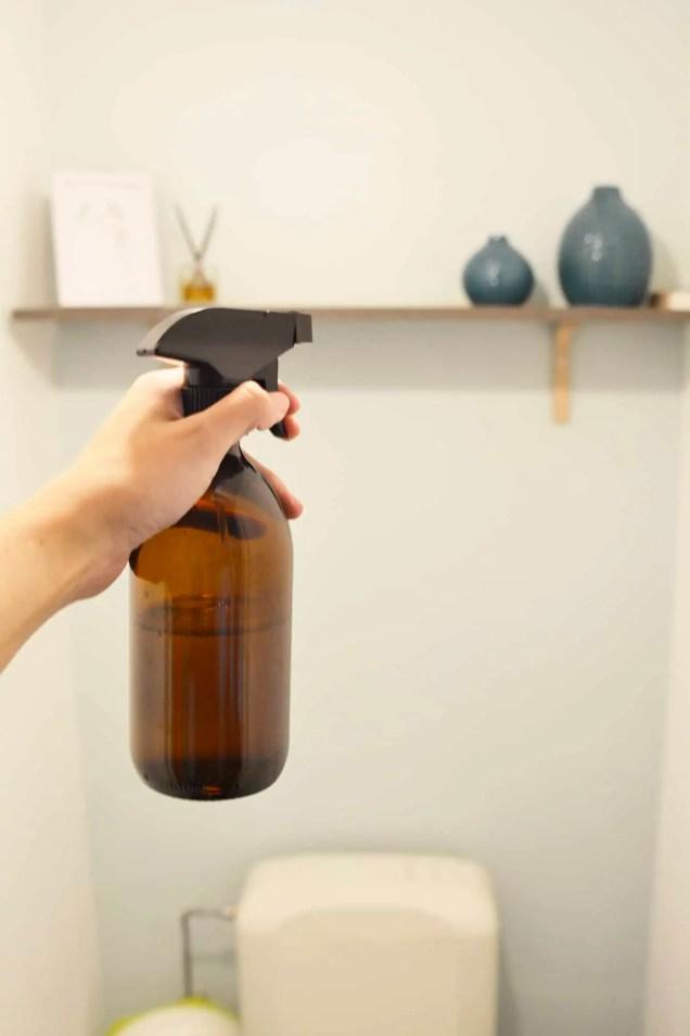 spray dans les toilettes