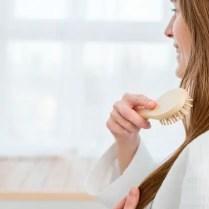 vue-laterale-femme-se-brosser-cheveux_23-2148389843