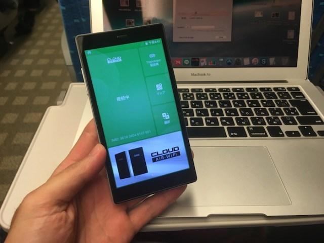 Mugen Wi-FiのG4を手に持っている写真