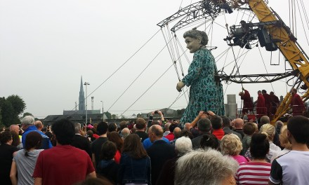 Limerick Giant walks the bridges – Royal de Luxe
