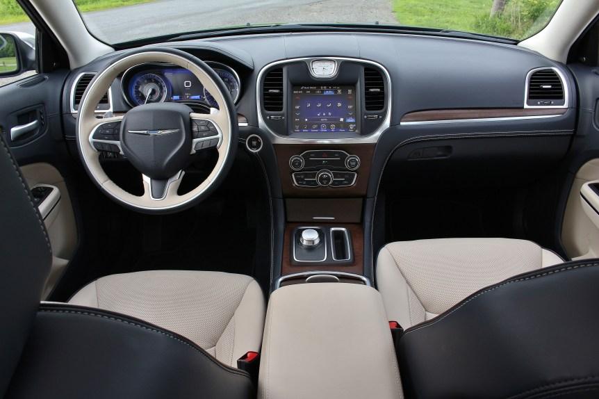 2015 Chrysler 300C 9