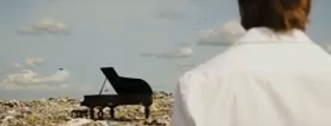 Pianista russo utiliza lixeira como sala de concertos