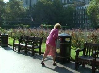 Latas de lixo que falam divertem quem passa pelas ruas de Londres