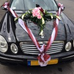 Esküvőre feldíszített fekete Mercedes