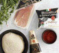 Pizza crudo rucola e grana pizza með mozarella, hráskinku, klettasalati og parmesan