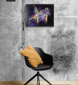 Tableau abstrait moderne peint à la main bleu rose jaune et violet accroché sur un mur gris avec en décoration une chaise noire et un coussin jaune moutarde - Iris