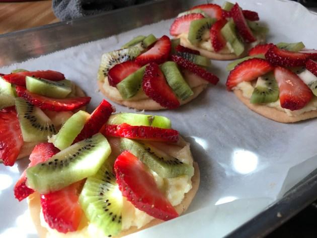 Mini Strawberry And Kiwi Summer Fruit Pizzas (24)
