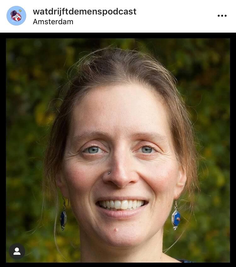Foto van de 'Wat drijft de mens podcast' van Paula van Dommelen