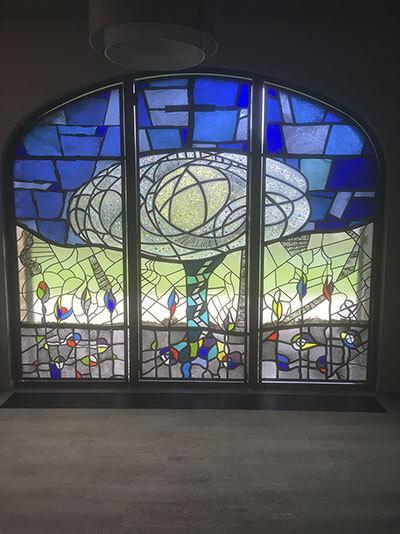 Glasraam bij in de groene kapel van de Willibrordsabdij
