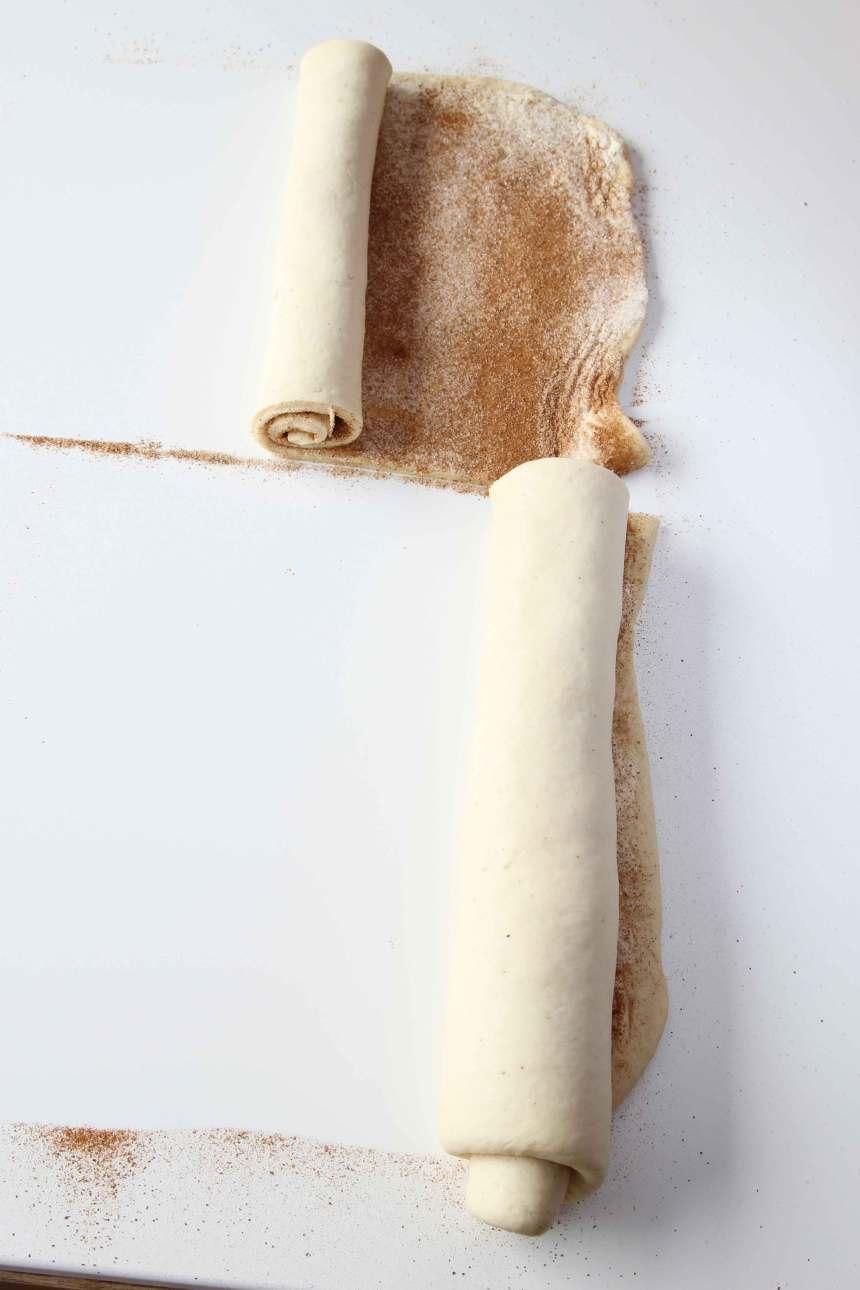3. 4.Rulla ihop degbitarna och lägg dem på en plåt med bakplåtspapper.