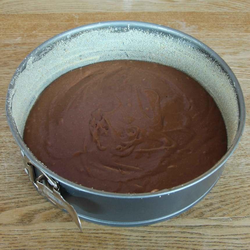 2. Bred ut smeten i en smord och bröad form med löstagbar kant, ca 24 cm i diameter.