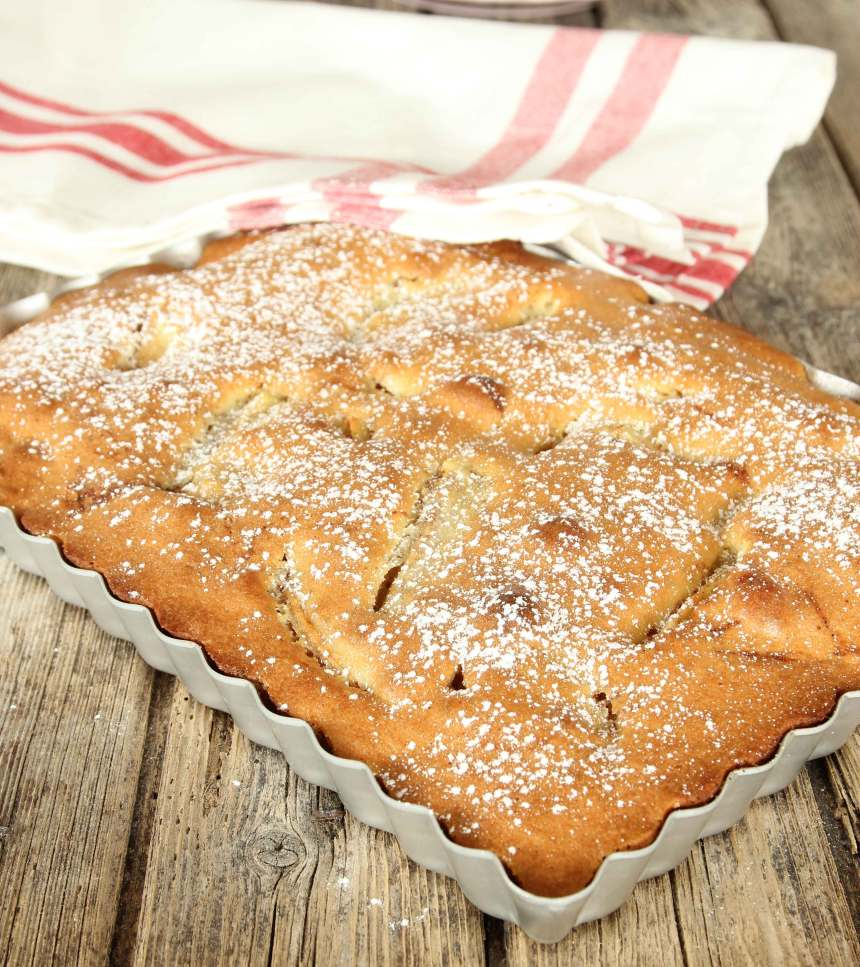 4. Grädda kakan längst ner i ugnen i 30–35 min. Låt den svalna och pudra över florsocker. Servera gärna kakan med vaniljsås eller vispad grädde.