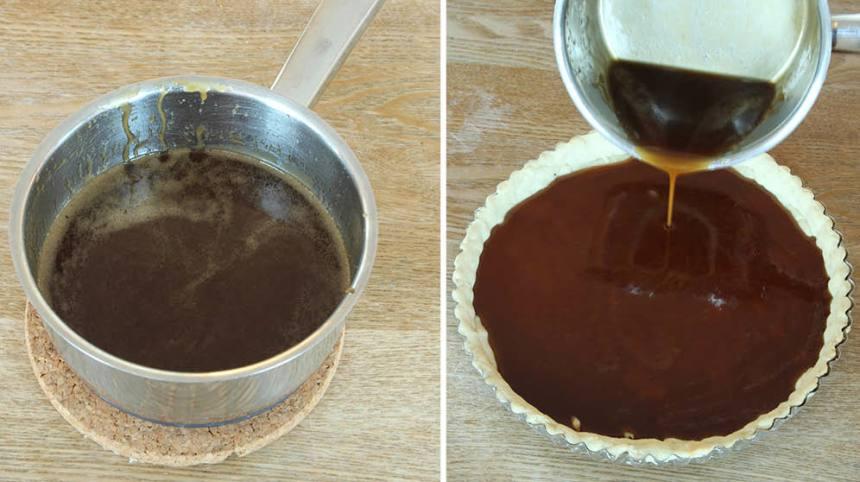 4. Kolafyllning: Smält smöret i en kastrull. Rör ner farinsocker, sirap, vaniljsocker och salt ägg. Låt det puttra i ca 1 min. Häll kolafyllningen på pajskalet.
