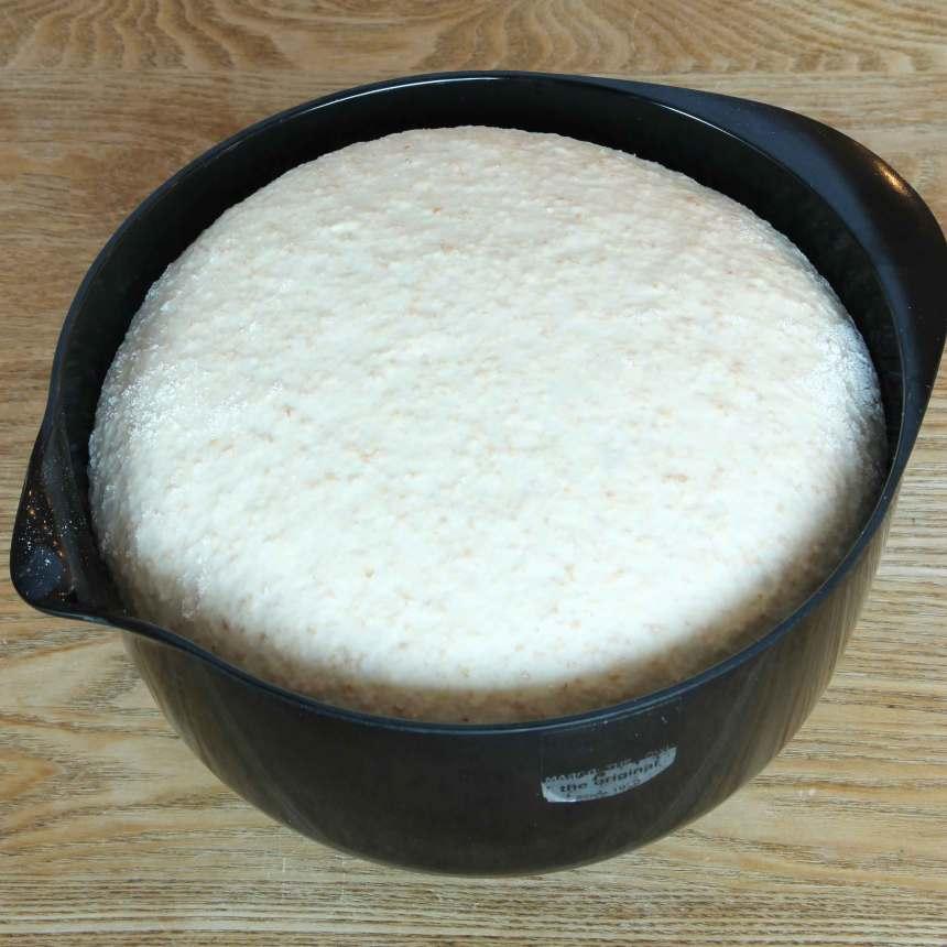 1. På kvällen: Smula jästen i en bunke. Tillsätt mjölken och rör om tills jästen lösts upp. Blanda ner havregrynen och låt blandningen stå i några minuter. Tillsätt smör, honung, salt, grahamsmjöl och vetemjöl, lite i taget. Knåda ihop allt till en smidig deg. Låt den jäsa under bakduk i ca 30 min.
