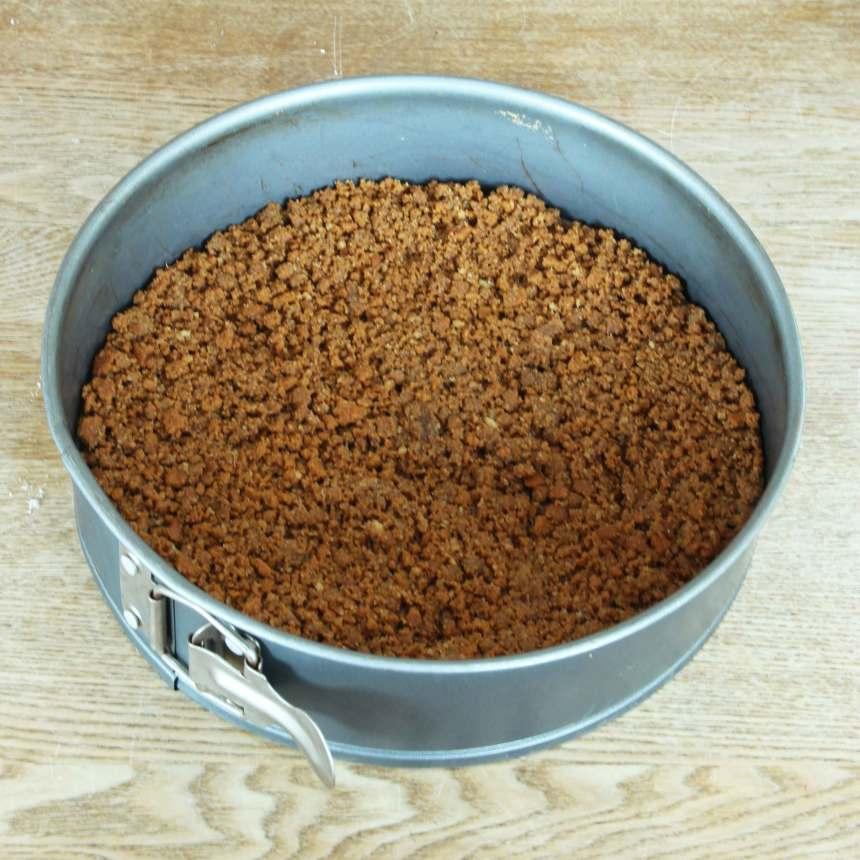 2. Grädda bottnen mitt i ugnen i 7–9 min. Låt den kallna helt. (Gräddningen i ugnen kan uteslutas, men gör bottnen lite frasigare och att den håller ihop lite bättre).