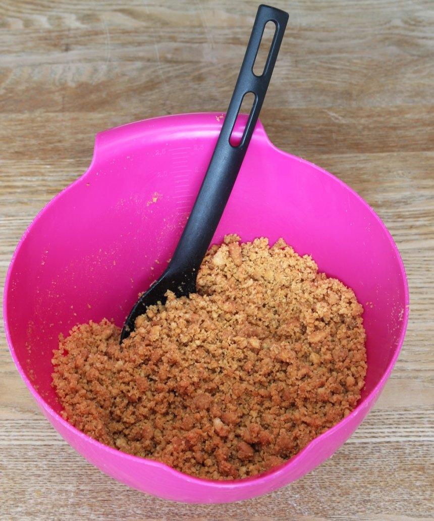 1. Smält smöret och rör ihop det med söndersmulade digestivekex.