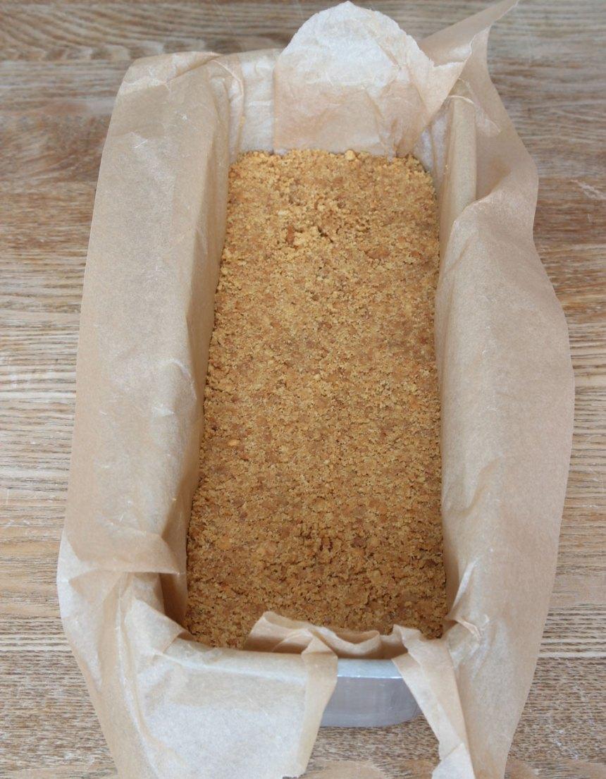 2. Tryck ut smuldegen i en limpform, ca 2 liter, klädd med bakplåtspapper. (En rund form 24–26 cm i diameter går också bra).