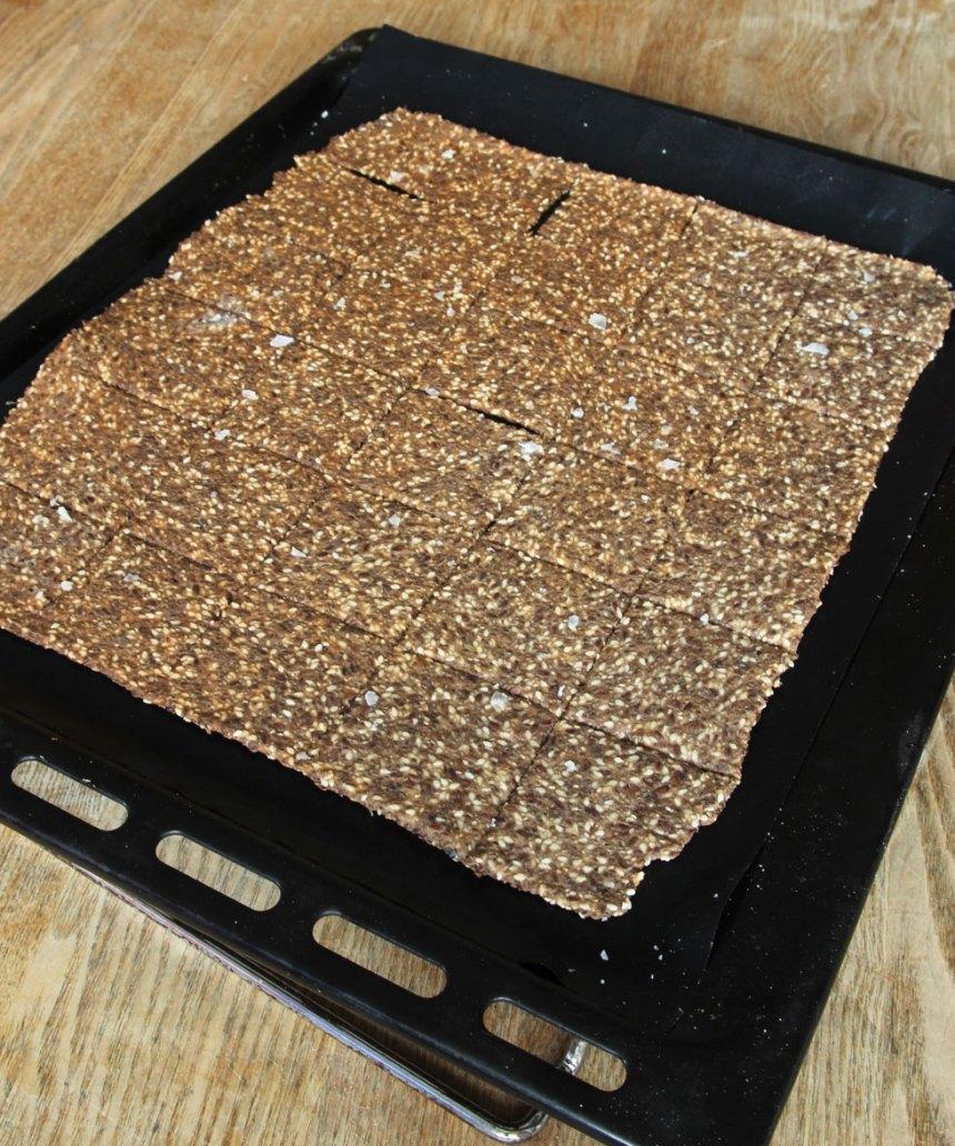 4. Grädda brödet mitt i ugnen i ca 60 min. Låt det svalna på plåten. Låt brödet stå kvar i ugnens eftervärme om det inte stelnat helt i mitten.