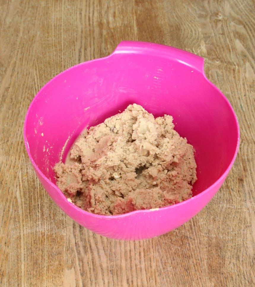 2. Vispa smör, socker och farinsocker pösigt i en bunke. Blanda ner ägget. Tillsätt bikarbonat, vaniljsocker, salt, havregryn och vetemjöl. Blanda ihop allt till en deg.
