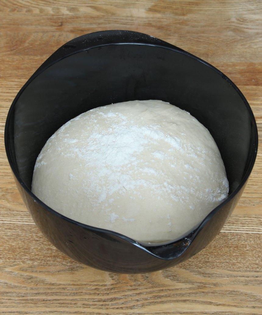 2. Deg: Smula ner jästen i en bunke och lös upp den med mjölken. Tillsätt smör, strösocker, salt och vetemjöl, lite i taget. Rör ihop allt till en lite kladdig deg. Strö lite mjöl över ytan och låt den jäsa under bakduk i ca 40 min.