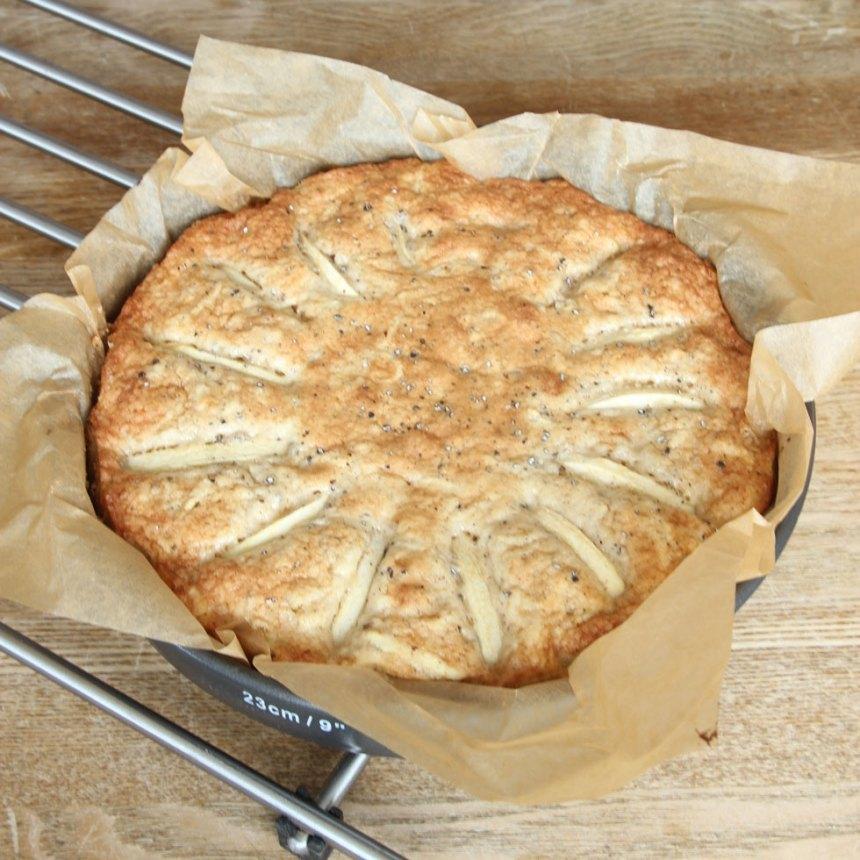 5. Grädda kakan längst ner i ugnen i 25–30 min. Låt den svalna i formen.