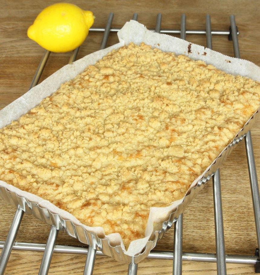 6. Grädda kakan mitt i ugnen i 30–35 min. Låt den kallna i formen innan du skär den i rutor. Servera gärna med vaniljsås eller glass. Eller ät de rutorna som de är, det är ljuvligt gott det med!