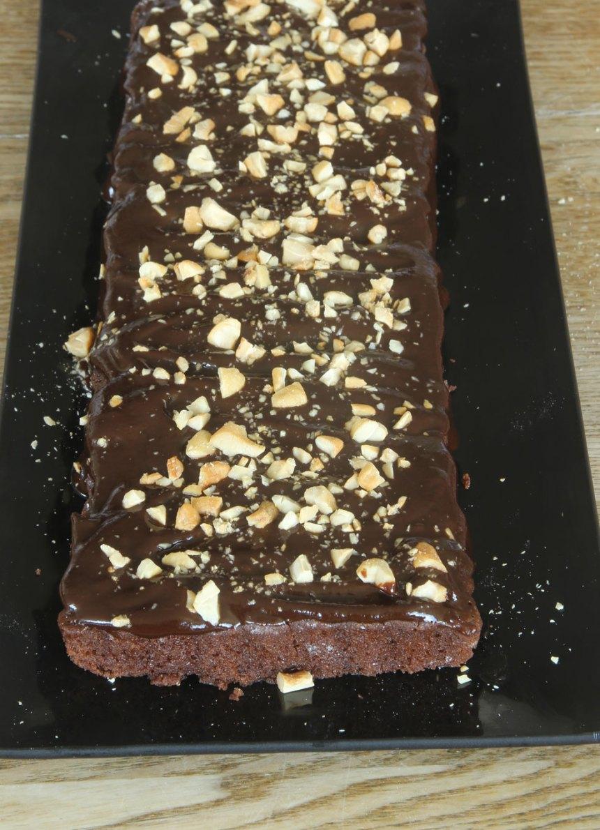 7. Bred ut chokladganachen på kladdkakan och strö över hackade cashewnötter. Låt den stelna i kylen.