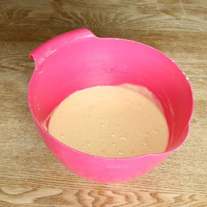 1. Sätt ugnen på 180 grader. Vispa ägg och strösocker pösigt i en bunke. Blanda vetemjöl och bakpulver och rör ner det i äggsmeten. Tillsätt sist smöret och blanda allt till en slät smet.