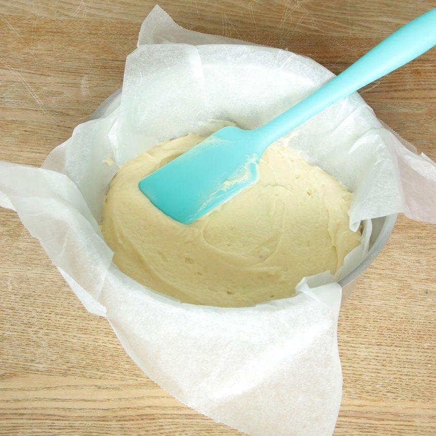 3. Bred ut hälften av smeten i formen.