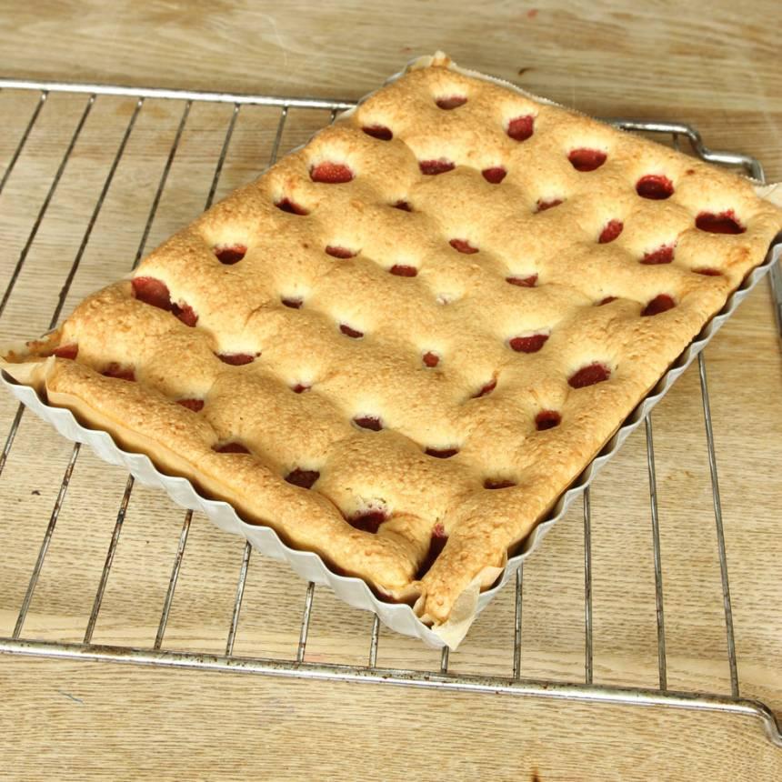 4. Grädda kakan mitt i ugnen i ca 35 min. Låt den svalna i formen.