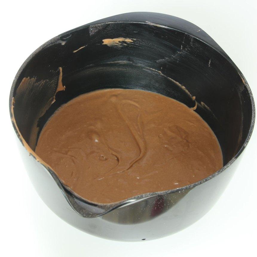 1. Sätt ugnen på 180 grader. Vispa ägg och strösocker pösigt i en bunke. Blanda kakao, vetemjöl, bakpulver och salt och rör ner det i äggblandningen ihop med smör och mjölk. Vispa ihop allt till en slät smet.