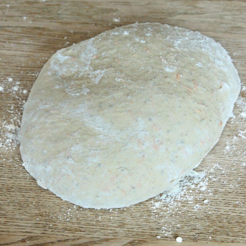 1. Smula ner jästen i en bunke. Tillsätt mjölken och rör om tills jästen lösts upp. Tillsätt salt, rapsolja, morötter, rågmjöl och vetemjöl, lite i taget. Blanda ihop allt till en smidig deg och knåda den i några minuter. Låt degen jäsa under bakduk i ca 50 min.