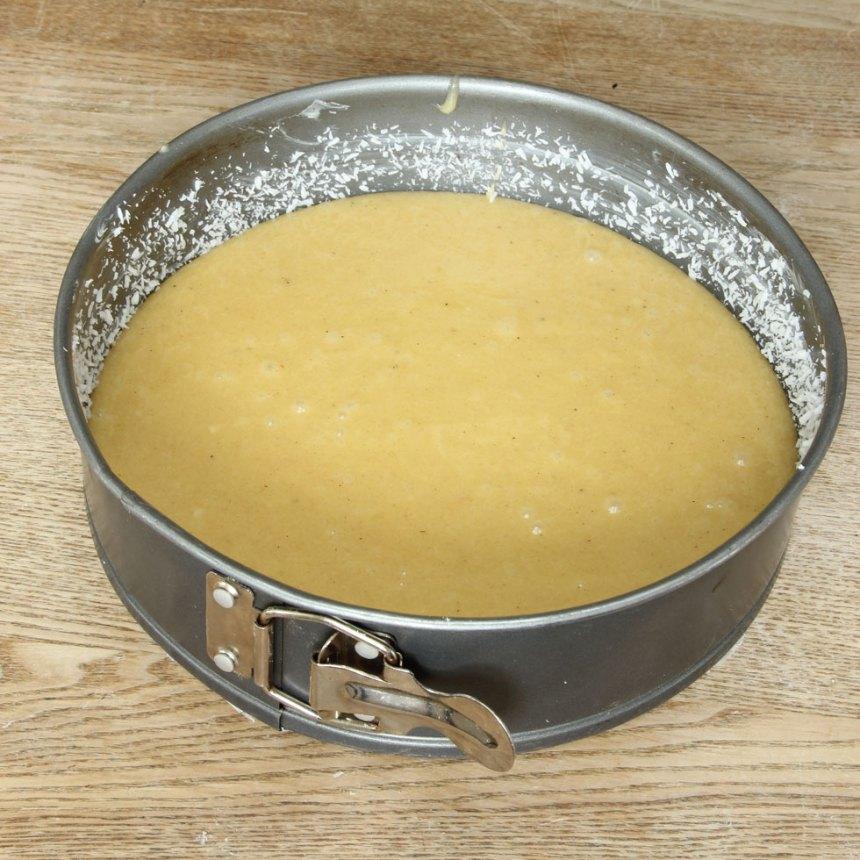 2. Häll smeten i en smord och bröad form (bröa gärna med kokos) med löstagbar kant, ca 23 cm i diameter.