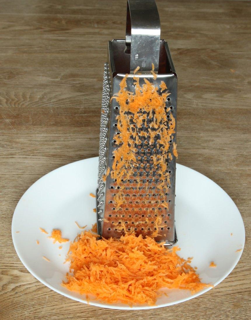 1. Sätt ugnen på 250 grader. Skala och riv morötterna.