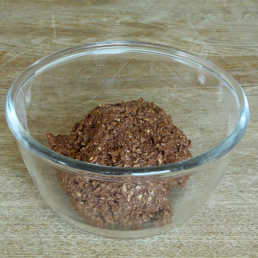1. Nyp ihop havregryn och smör. Tillsätt resten av ingredienserna och arbeta ihop allt till en lite kladdig deg.