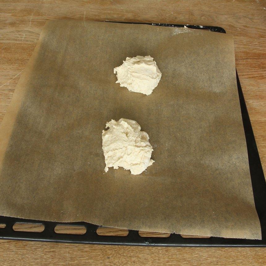 2. Dela degen i 2 delar och lägg dem på en plåt med bakplåtspapper.