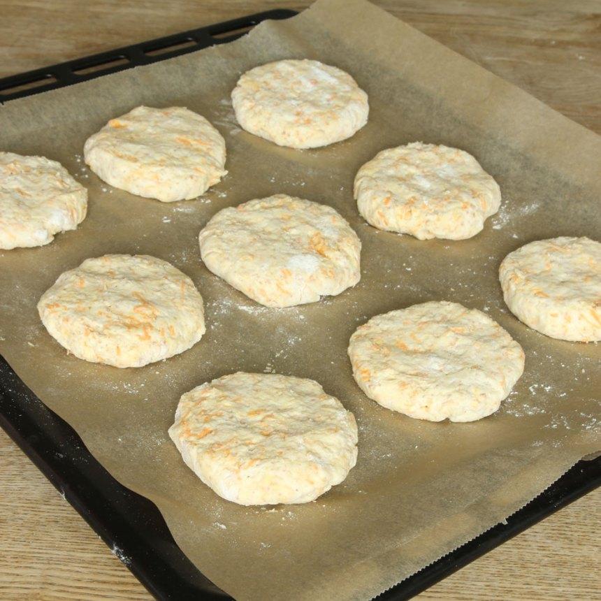 4. Forma runda bullar med mjölade händer. Lägg dem på en plåt med bakplåtspapper och platta till dem.