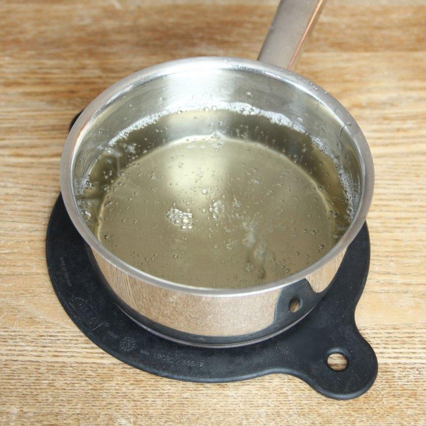 4. Smet 3: Blanda vatten, sirap, strösocker och salt i en kastrull. Koka blandningen tills den är 122–124 grader.