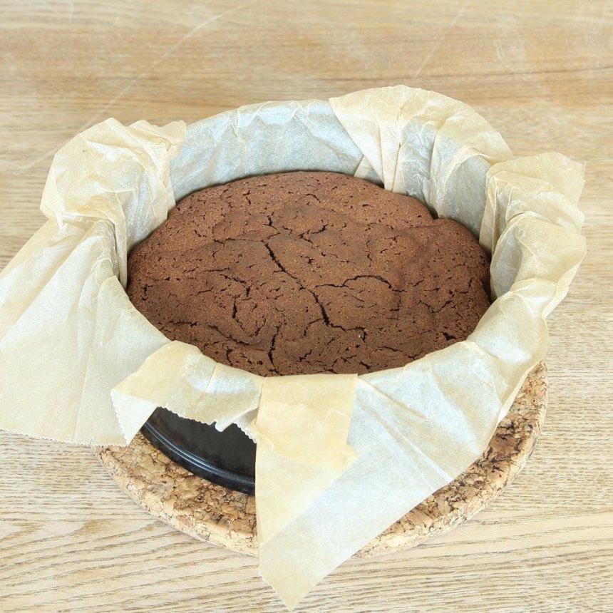8. Grädda kakan mitt i ugnen i 35–40 min. Låt den svalna i formen. Pudra eventuellt över florsocker före servering. Servera gärna kakan med vispgrädde eller ät den som den här.