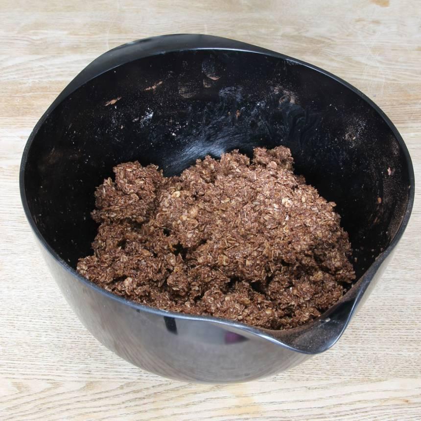 1. Blanda ihop havregryn, strösocker, vaniljsocker, kakao, kokos och smör i en bunke. Tillsätt sist vattnen och blanda ihop allt till en lite kladdig deg.