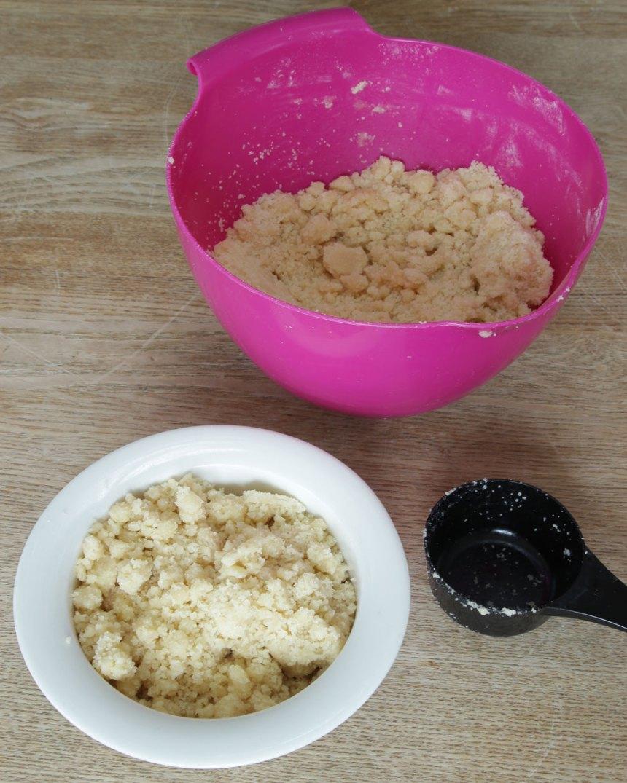 2. Mät upp 3 dl smuldeg och lägg det i en mindre skål (detta ska strös över kakan).